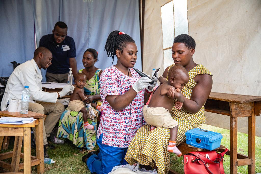 women scanning baby
